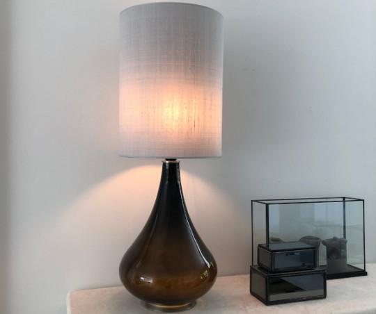 Renata bordlampe - sølvgrå silke skærm